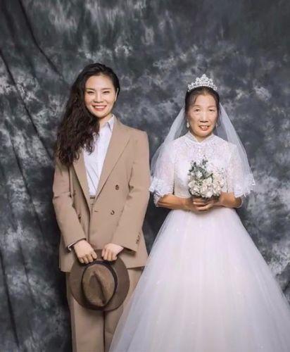 Фото №1 - Дочь подарила маме свадебную фотосессию, которой у той никогда не было