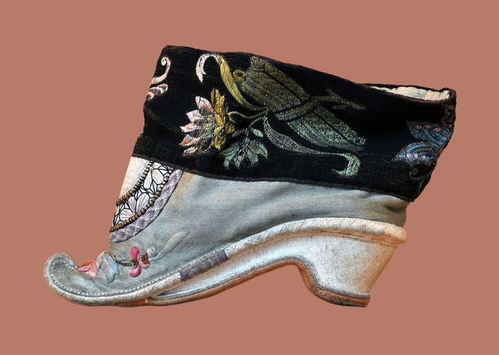 Фото №4 - Снимите это немедленно: 5 самых странных пар обуви со всего мира