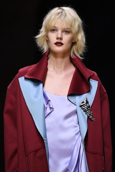 Фото №11 - Плащи Haute Couture и туфли с бантами на парижском показе Versace