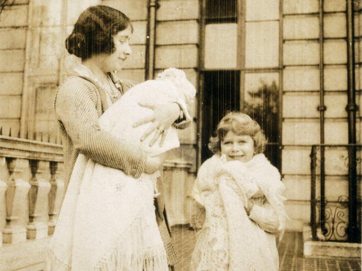 Фото №2 - Сестры и лучшие подруги: 20 самых трогательных и теплых фото Королевы и принцессы Маргарет