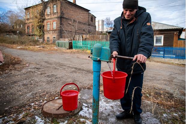 В Николаевки красноярцы не только живут в «традиционных» домах, но и сохраняют «традиционный» быт— зимой и летом воду приходится качать из колонок