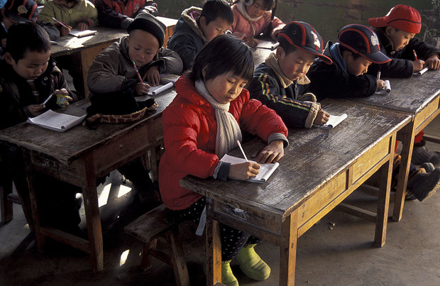 Фото №1 - Через тропический лес и вплавь:топ самых экстремальных дорог в школу