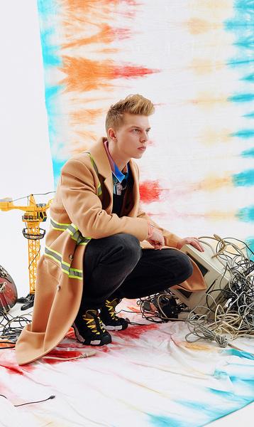 Пальто и жилет, все— Ziq & Yoni. Рубашка, Fusion (Faces & Laces Locals); джинсы, Colin's; кроссовки, Tommy Hilfiger; цепочка, Fatality