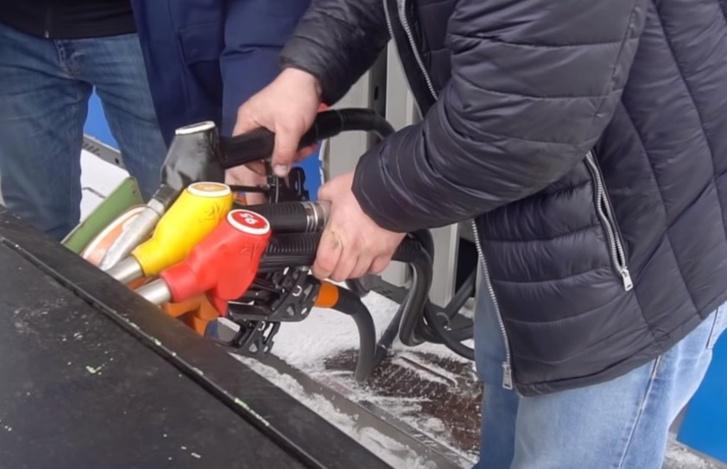 Фото №1 - Что будет, если заправить автомобиль сразу всеми видами топлива, которые есть на АЗС? (видеоэксперимент)