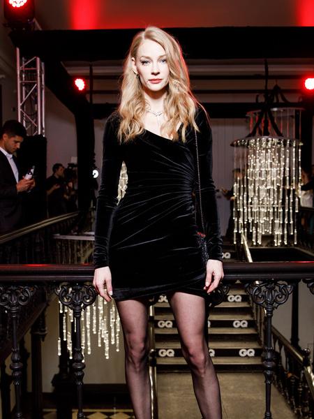 В компанию к маленькому черному платью звезда выбрала украшения и аксессуары Bvlgari.