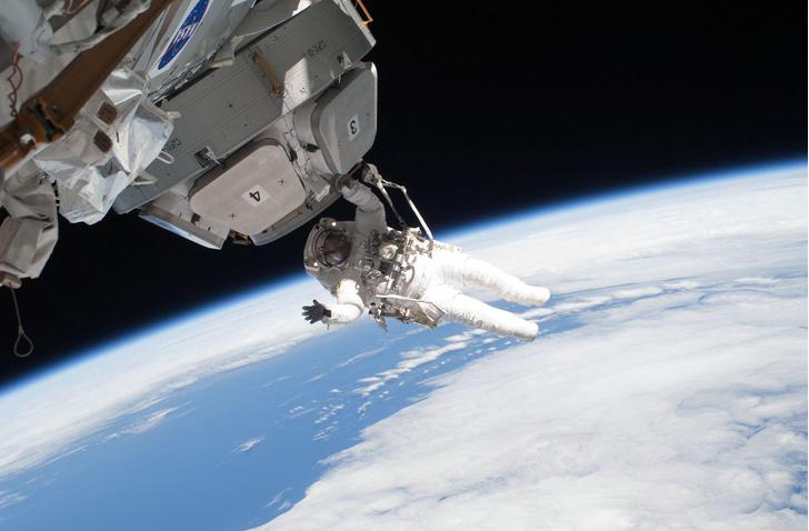 Фото №1 - NASA заплатит за самые изощренные способы повредить космические скафандры