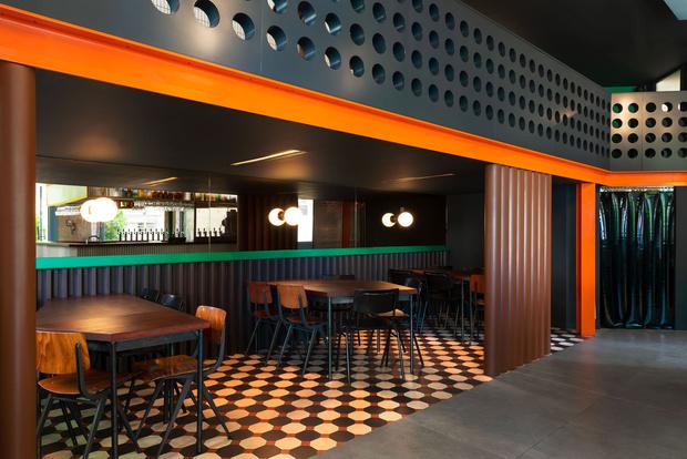 Фото №2 - Яркий бар La Raffinerie в Лионе