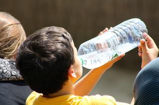 Фото №1 - Из бутылки, родника, из-под крана? Петербургский нефролог рассказала, какую воду лучше пить