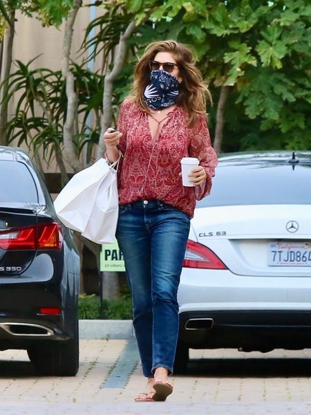 Фото №2 - Голубые джинсы и кремовый свитер: Синди Кроуфорд идеально утеплилась
