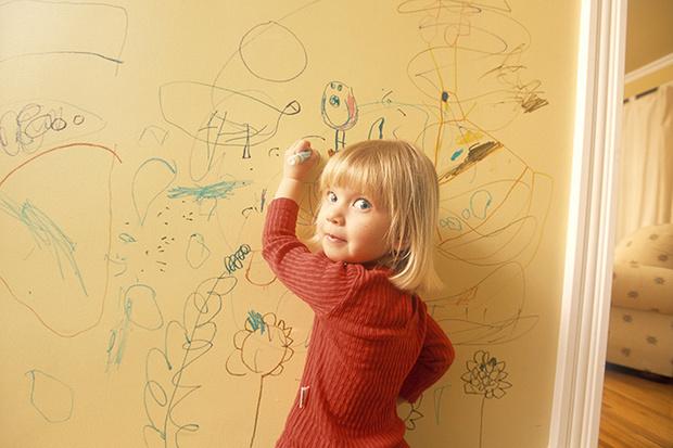 Фото №1 - Почему детям нравится рисовать на обоях