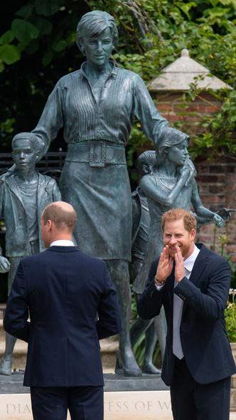 Фото №2 - Фальшивый принц: чем Гарри разозлил британцев во время выхода с Уильямом