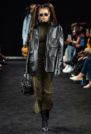 Фото №5 - Как носить кожаный жакет из 90-х: лучшие сочетания сезона