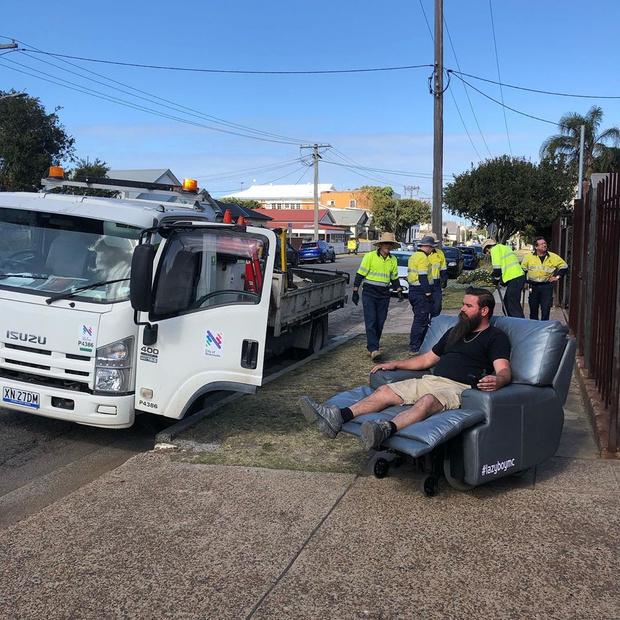 Фото №2 - В Австралии прохожие сняли, как два мужика ездят по дороге в самоходных креслах (видео)