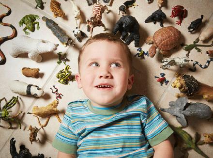Ребенок в окружении игрушек