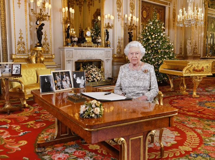 Фото №2 - Семейный конфликт или случайность: Королева убрала фото Гарри и Меган со столика