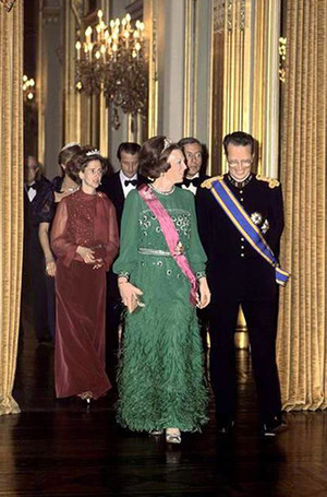 Фото №22 - Модный реверанс: принцессы и королевы в нарядах своих мам и свекровей