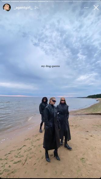 Фото №2 - Этой осенью покупаем кожаные тренчи, как в новой фотосессии Насти Ивлеевой 🖤