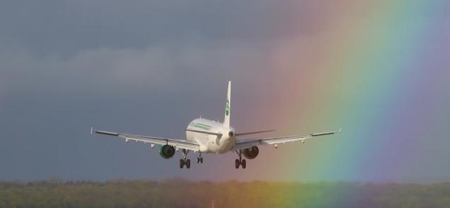 Фото №1 - Посадку пассажирского самолета в радугу сняли на видео