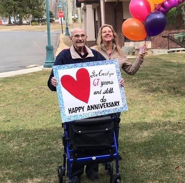 Фото №2 - Карантин разлучил старичка с женой на их 67-ю годовщину, но он нашел выход