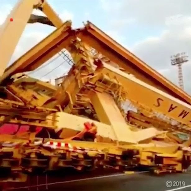 Фото №1 - Гигантский контейнеровоз сносит портовый кран в Индонезии (видео с трёх ракурсов)