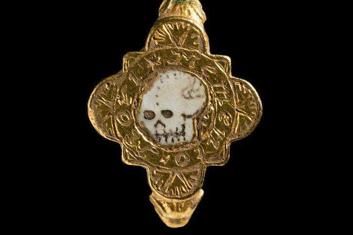 Фото №1 - В Великобритании найдено кольцо, напоминающее о смерти