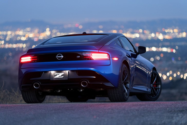 Фото №1 - Зорро возвращается. Nissan рассекретил новый спорткар серии Z