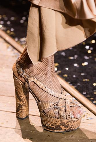 Фото №6 - Эстетика 70-х: 10 босоножек на платформе для яркой вечеринки