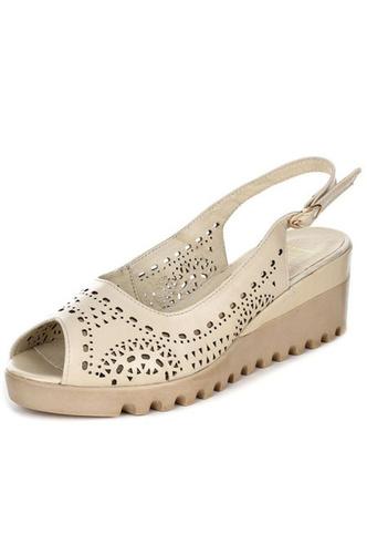 Фото №4 - От босоножек с декором до сандалий-гладиаторов: 10 антитрендов летней обуви