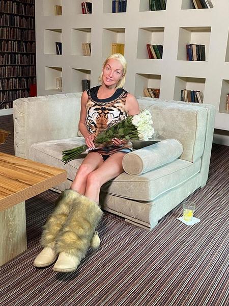 Фото №2 - Худые и дряблые: Волочкова выбрала неудачный ракурс для фото ног