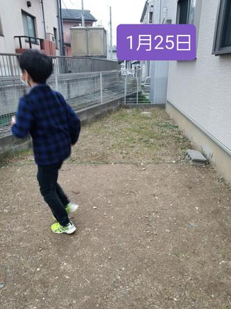 Фото №6 - Мальчик победил сорняки на заднем дворе, бегая по ним каждый день по полчаса