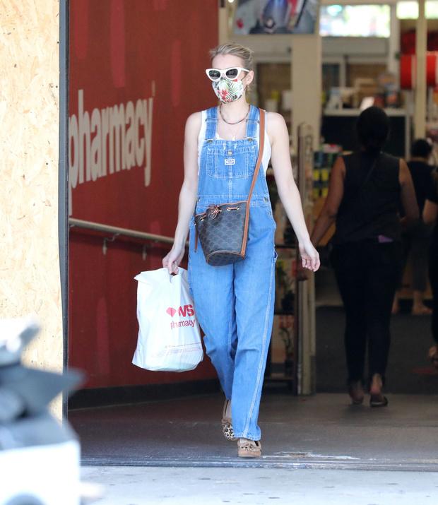 Фото №1 - Этим летом всем нам нужен джинсовый комбинезон как у Эммы Робертс. Собрали 10 стильных вариантов из денима и не только