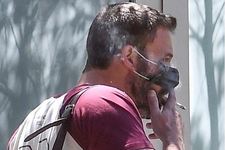 Фото №1 - Курящий в маске Бен Аффлек стал звездой соцсетей