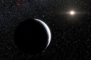 Видеть звезды с Земли днем не позволяет солнечный свет, рассеянный атмосферой. Но и на Луне, где воздуха нет, Солнце мешает видеть другие небесные светила, поскольку глаз адаптируется к очень яркому освещению и перестает воспринимать слабые звезды. А вот где-нибудь на карликовой планете Эриде, которая находится далеко за Плутоном, Солнце светит в 10 тысяч раз слабее. И хотя оно все равно в 100 раз ярче Луны, оно позволяет видеть звезды.