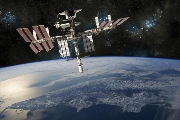 Фото №2 - Галлюцинации, поцелуи на лету и суп из тюбика: 5 трудностей, с которыми столкнется Юлия Пересильд во время съемок в космосе