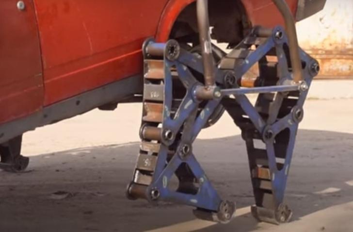 Фото №1 - Русские мужики приделали автомобилю ноги— в буквальном смысле (видео)