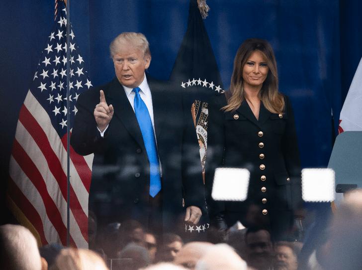 Фото №2 - Как Мелания Трамп «наказывает» мужа при помощи своего гардероба