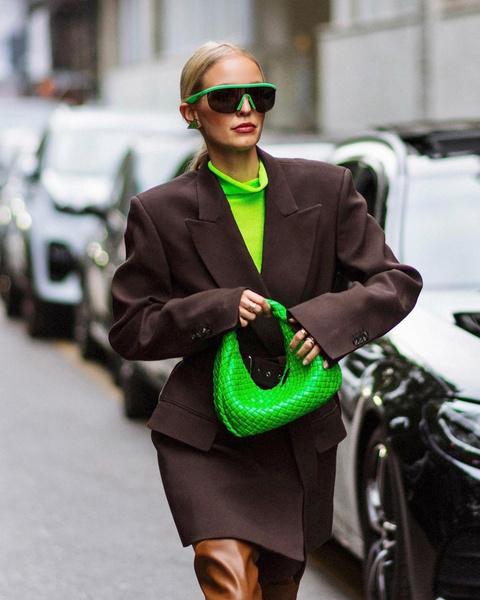 Фото №1 - Как одеваться осенью: 30 модных примеров звезд стритстайла на Неделе моды в Милане