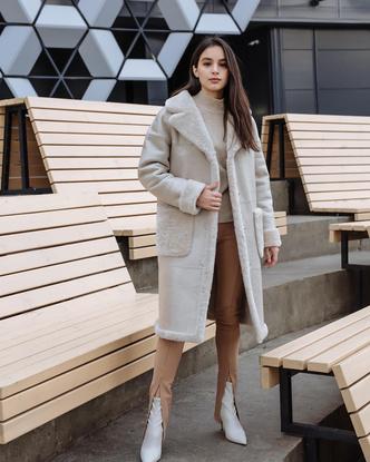 Фото №6 - Надоел пуховик? Вот какие пальто, эко-шубы и дубленки в моде этой зимой