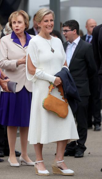 Фото №6 - И на солнце есть пятна: новый выход и редкий модный провал любимой невестки Королевы
