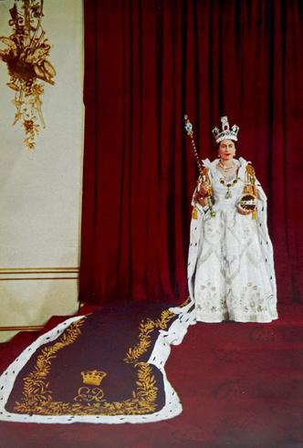 Фото №7 - Елизавета II снова демонстрирует чувство юмора и невозмутимость