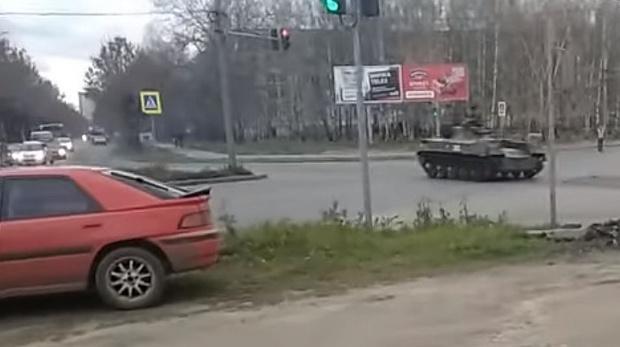 Фото №1 - Не совсем обычная авария в Костроме: БТР проезжает на красный и врезается в автомобиль (видео)