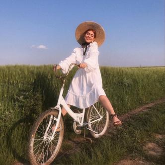Фото №1 - Самый безмятежный тренд лета: как одеться в стиле коттеджкор
