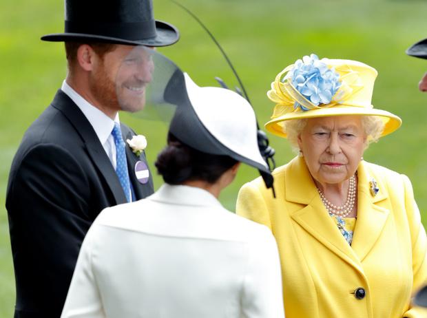 Фото №2 - Бизнес-провал Сассекских: Королева запретит Гарри и Меган зарабатывать на титулах