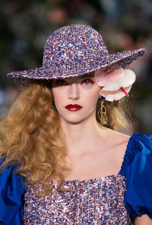 Фото №25 - Пушистые шляпы, ушанки и бейсболки без козырька: самые модные головные уборы сезона