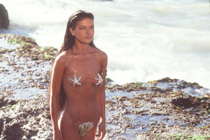 Фото №2 - Уникальный снимок юной Кэтрин Зеты-Джонс: из одежды на ней только две морские звезды и ракушка