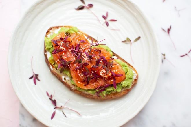 Тост с лососем и авокадо