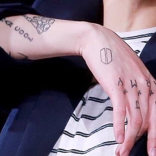 Фото №3 - Тайна раскрыта: почему Чонгук на самом деле скрывает свои татуировки