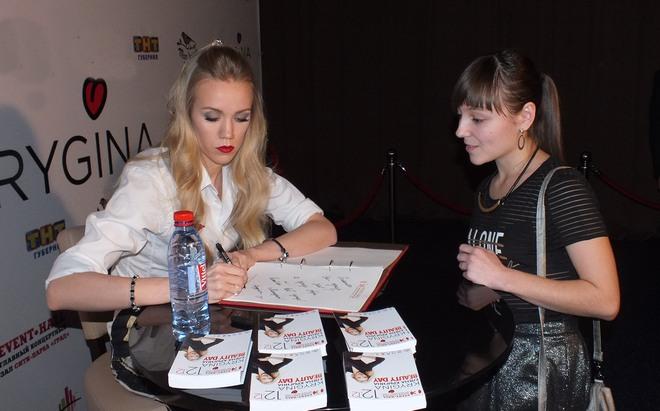 Фото №12 - Елена Крыгина рассказала воронежцам про новогодний макияж