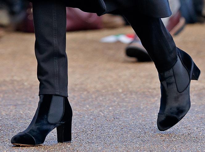 Фото №8 - С подтекстом: почему каждая вещь в наряде Меган Маркл в Уэльсе – это модное заявление будущей герцогини