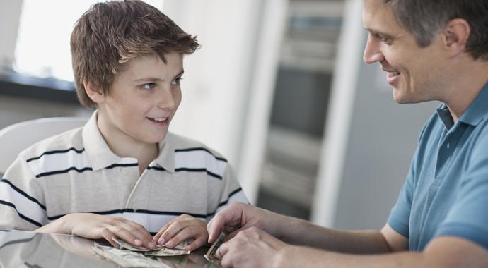 Научить подростка обращаться с деньгами: 5 советов для родителей